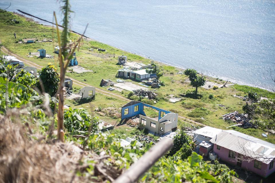 Ein Jahr nach dem Zyklon ist das Leben auf der Insel anders als zuvor: Palmen sind abgebrochen, Häuser durch kleine Wellblechhütten Konstruktionen ersetzt, die in den meisten Fällen eine Großfamilie beherbergen.